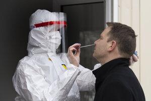 Zdravotník odoberá vzorku z nosa počas testovania na ochorenie Covid-19.