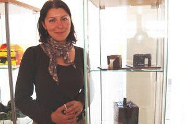 Tatiana Karvayová, držiteľka hlavnej ceny, s víťaznou čajovou súpravou.