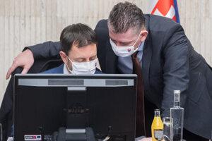 Minister financií Eduard Heger a minister vnútra Roman Mikulec na stredajšom rokovaní vlády.
