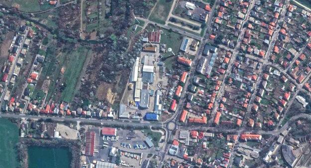 Areál v Nových Zámkoch, ktorý je na predaj.