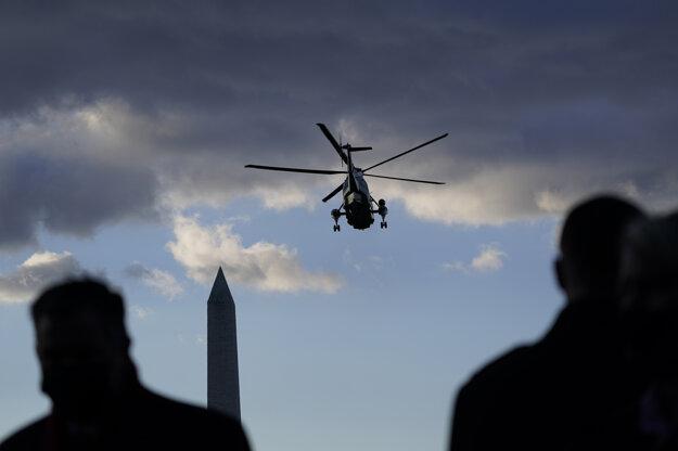 Vrtuľníku Marine One počas odchodu z Bieleho domu.