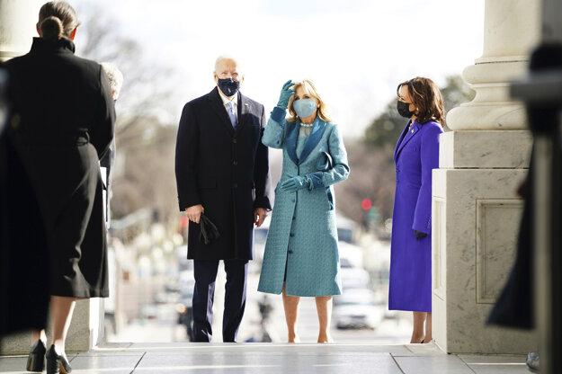 Nový prezidentský pár - Joe Biden a Jill Bidenová. Vpravo je nová viceprezidentka Kamala Harrisová.