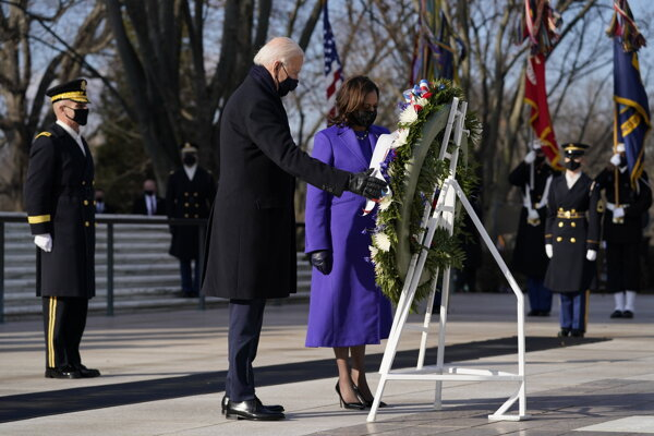 Americký prezident Joe Biden (vľavo) a americká viceprezidentka Kamala Harrisová kladú veniec k hrobu neznámeho vojaka na Arlingtonskom národnom cintoríne.