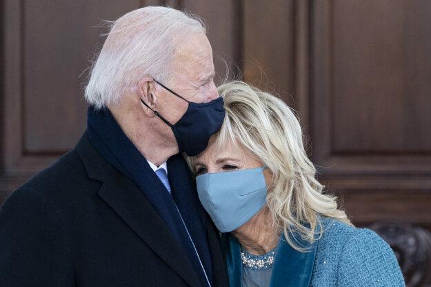 Americký prezident Joe Biden  (vľavo) pózuje so svojou manželkou Jill Bidenovou pred ich príchodom do Bieleho domu