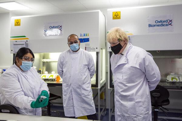 Britský premiér Boris Johnson navštívil laboratórium, kde testujú vakcínu od firmy AstraZeneca.