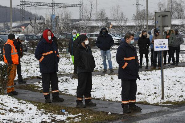 Rady na testovanie pred odberným miestom v areáli U. S. Steel Košice.