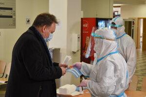 Rektor Peter Kónya na antigénovom testovaní.