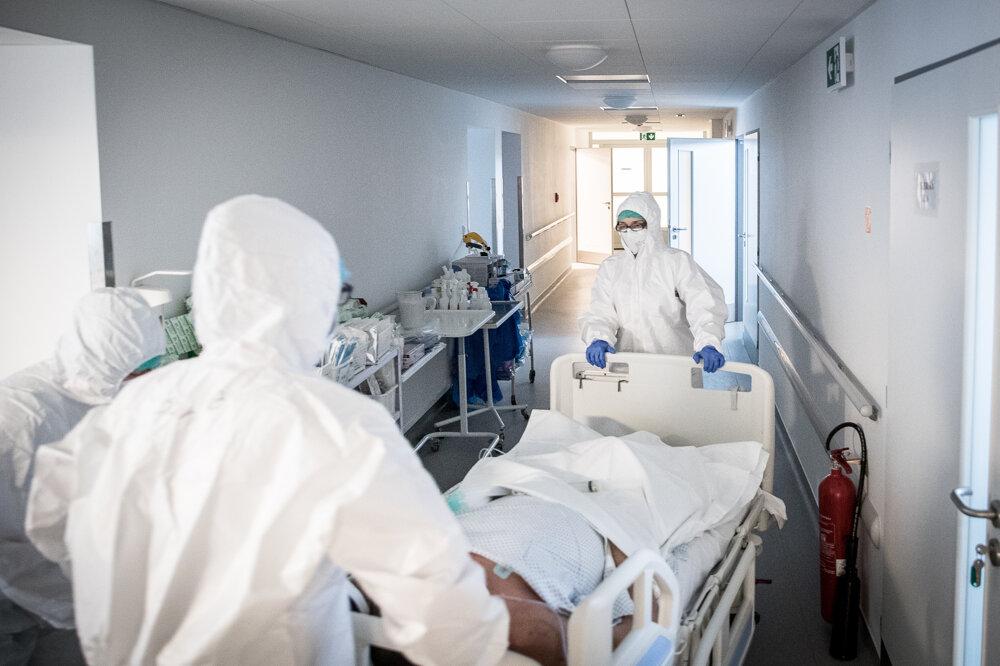 Zdravotníci na OAIM pracujú v 12 - hodinových zmenách v celotelových overaloch.