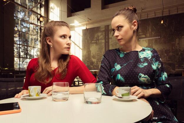 Herečky Janka Kovalčíková a Anička Jakab Rakovská v internetovom seriáli Kavej.