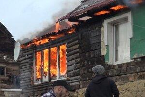 Hasiť požiar pomáhali aj miestni ľudia.