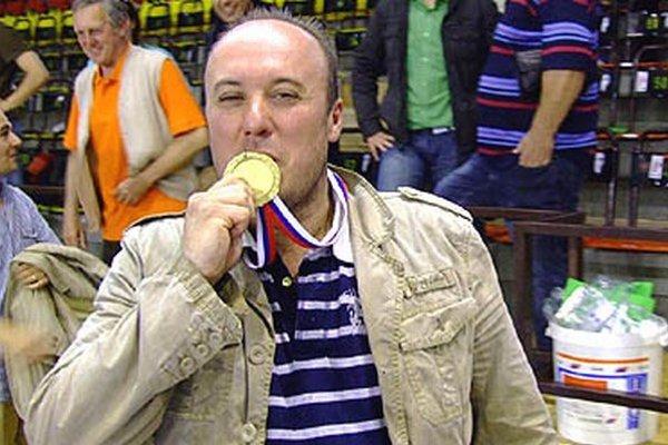 Najväčší úspech bol titul v roku 2009. Generálny manažér basketbalistov Juraj Polák bozkáva zlatú medailu v hale v Pezinku.