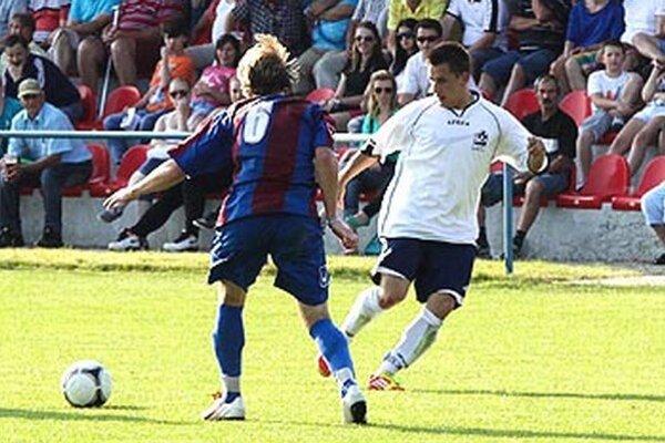 Anton Bábik (v bielom) prispel k víťazstvu Alekšiniec dvoma gólmi.