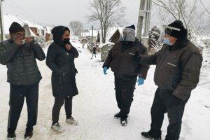 Občianske hliadky v Smižanoch kontrolujú miestnych pri vychádzaní z lokality.