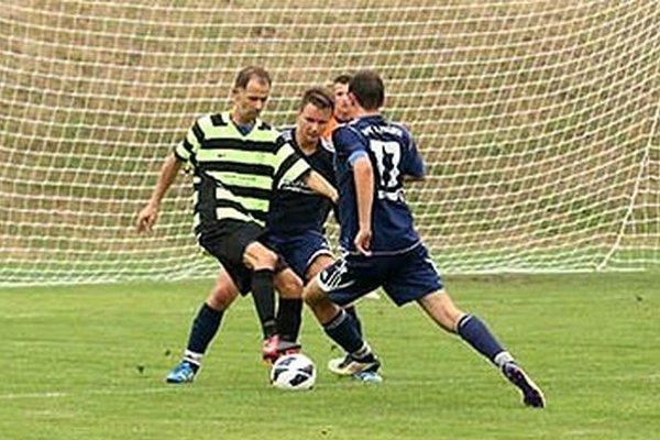 Martin Hindák z Pustých Úľan strelil v Alekšinciach tri góly (dva z penált) a s 20 presnými zásahmi je na čele kanonierov.