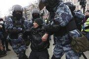 Policajti zatýkajú muža počas protestu proti väzneniu ruského opozičného lídra Alexeja Navaľného v Moskve 23. januára 2021.
