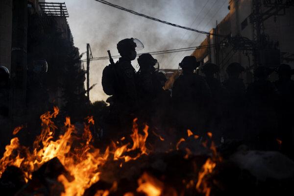 K potýčkam došlo v nedeľu v meste Bnej Brak neďaleko Tel Avivu.