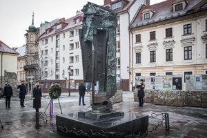 Prezidentka SR Zuzana Čaputová počas pietnej spomienky pri príležitosti Medzinárodného dňa pamiatky obetí holokaustu pri Pamätníku obetiam holokaustu na Rybnom námestí 27. januára 2021 v Bratislave.