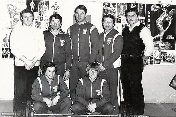 Hore zľava predseda oddielu Jozef Sitkey, Ján Niko, Ján Hubinský, Vladimír Dvonč, Ľudovít Bobula, dole zľava Jozef Bilík, Peter Greguš.