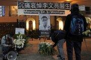 Ľudia počas vigílie za čínskeho lekára Li Wen-lianga 7. februára 2020 v Hongkongu. Čínsky lekár Li Wen-liang (34), ktorý sa dostal do ťažkostí s úradmi komunistickej krajiny za skoré varovanie pred epidémiou smrtiaceho koronavírusu, tomuto ochoreniu v piatok 7. februára 2020 podľahol.