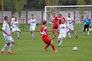 Futbalisti Beladíc (v bielom) prekvapili na ihrisku Trstíc.