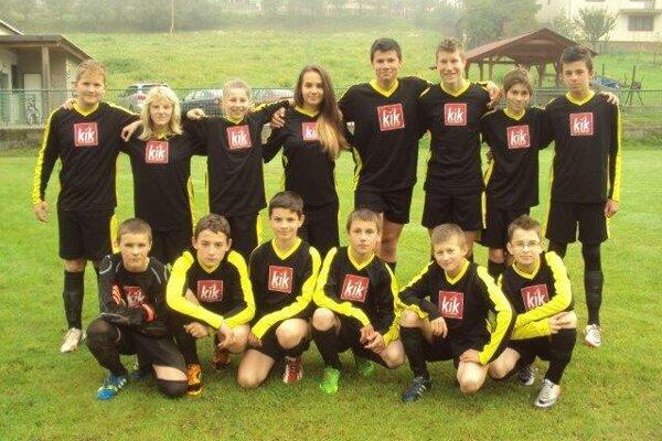 Dominik Franek (druhý sprava dole) na spoločnej fotografii žiackeho tímu FK Lodno.