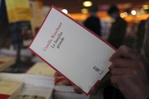 Kniha La Familia Grande, v ktorej autorka Camille Kouchner otvára tému incestu a zneužívania svojho brata.