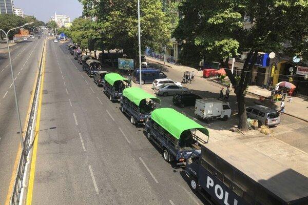 Polícia v mjanmarskom Jangone.