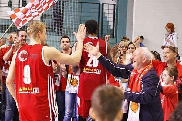 Hráči Komárna sa po poslednom klaksóne tešili so svojimi fanúšikmi.