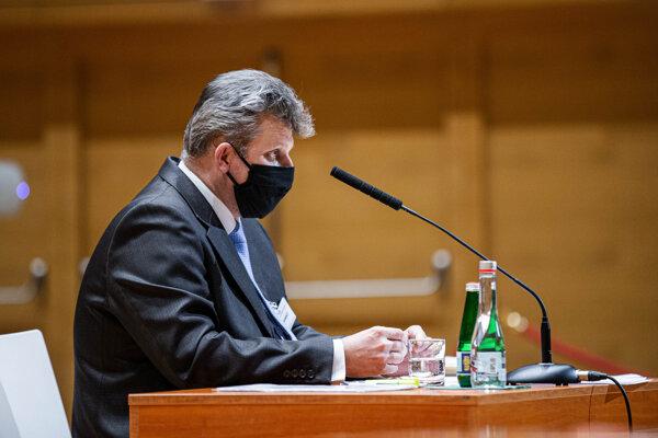 Prokurátor Vasiľ Špirko počas vypočúvania pred Ústavnoprávnym výborom.