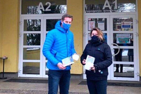 Majerský prvý balík respirátorov odovzdal starostke Smižian Miroslave Szitovej už v sobotu.