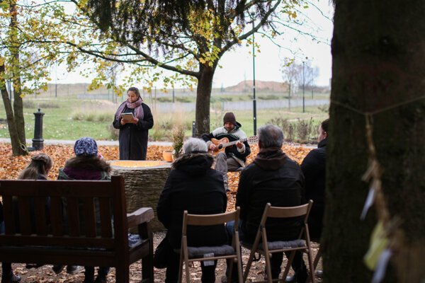 Posledná rozlúčka vZáhrade spomienok na cintoríne vo Zvolene.