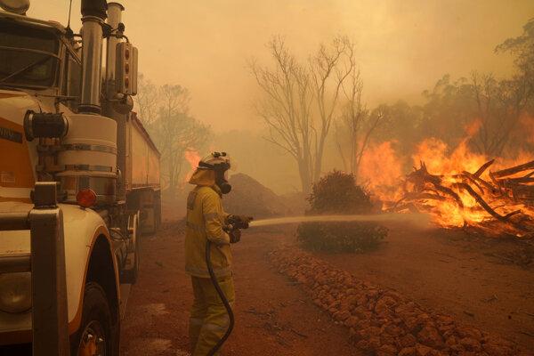 Hasenie požiaru na predmestí Perthu