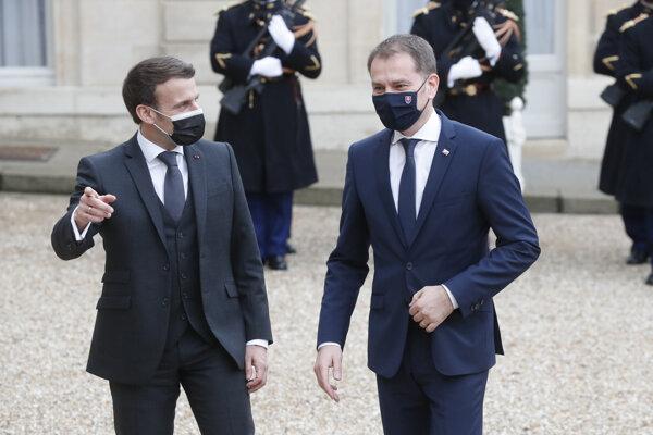 Francúzsky prezident Emmanuel Macron (vľavo) víta slovenského premiéra Igorma Matoviča.