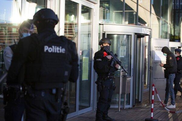 Príslušníci belgickej polície strážia vchod do budovy súdu v Antverpách, v ktorej prebiehal proces s iránskym diplomatom a jeho komplicmi.