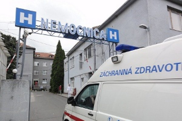 V nemocnici v Zlatých Moravciach je dusná atmosféra. Sestričkám znižujú platy, šetrí sa aj na ďalších zamestnancoch a 15 ľudí prepustia.