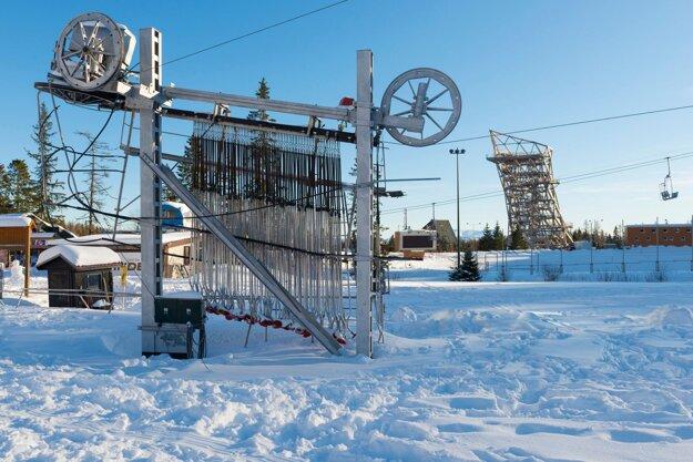 Odstavený lyžiarsky vlek, v pozadí nová kontroverzná vyhliadková veža počas lockdownu v lyžiarskom stredisku na Štrbskom Plese.