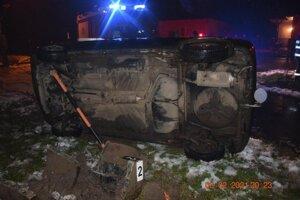 Škoda Felicia skončila po nehode v obci Krišovská Liesková prevrátená na boku.