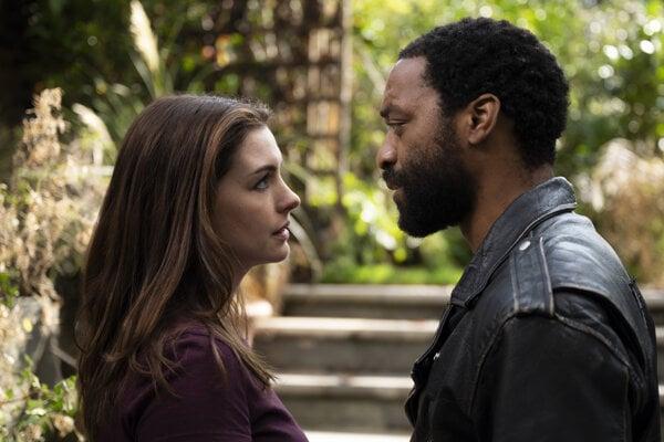 Linda (Anne Hathaway) a Paxton (Chiwetel Ejiofor) ako hlavní hrdinovia filmu Lockdown.