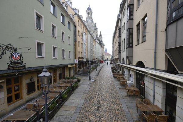 Prázdna ulica v Drážďanoch.