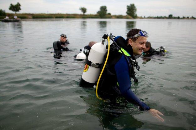 Minister vnútra Daniel Lipšic sa potápa na Hlbokom jazere v Senci s predstaviteľmi Poriečneho oddelenia poriadkovej polície Prezídia Policajného zboru, júl 2010.
