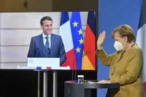 Nemecká kancelárka Angela Merkelová a francúzsky prezident Emmanuel Macron počas tlačovej konferencie po virtuálnom rokovaní.