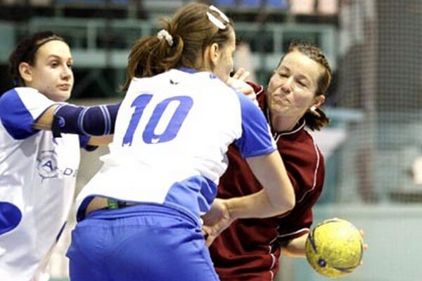 Ženy Močenka (v bielomodrých dresoch) prehrali s Topoľčanmi o jeden gól.