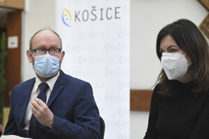 Pavol Jarčuška a Monika Halánová počas brífingu k zhoršujúcej sa epidemiologickej situácii v Košiciach.