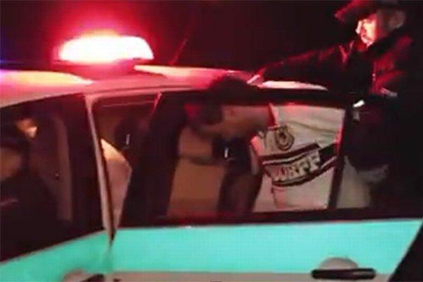 Policajné auto sa objavilo bez povolenia vo videoklipe.
