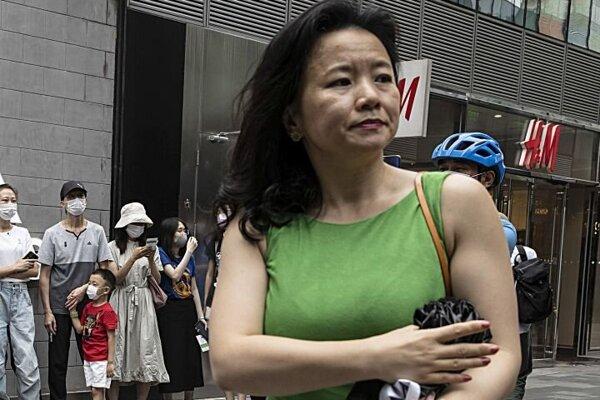 Na archívnej snímke z 12. augusta 2020 austrálska novinárka Cheng Lei pracujúca ako moderátorka pre anglickojazyčnú čínsku televíziu CGTN počas podujatia v Pekingu.