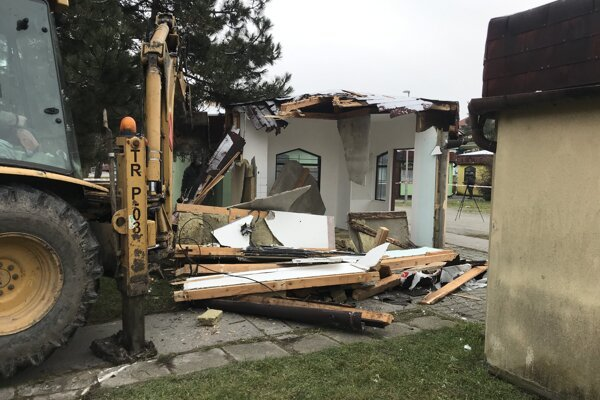 Búranie stánkov na autobusovej stanici v Senici.