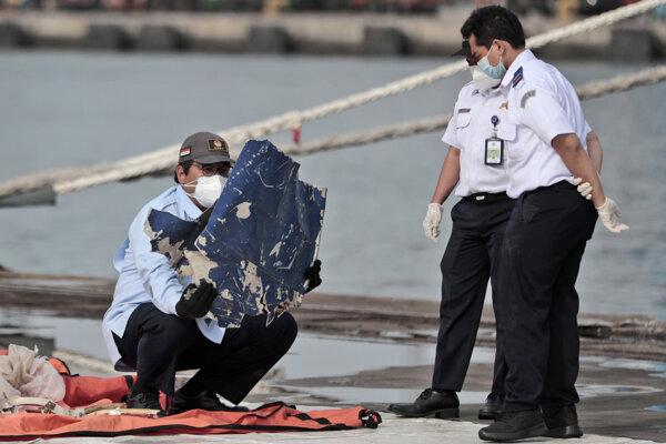 Indonézski vyšetrovatelia skúmajú trosky, ktoré vytiahli z vôd Jávskeho mora z havarovaného lietadla indonézskej spoločnosti Sriwijaya Air.