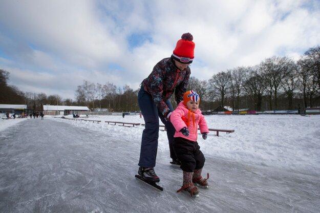 Matka učí korčuľovať svoju dcéru na klzisku v holandsom meste Doorn.