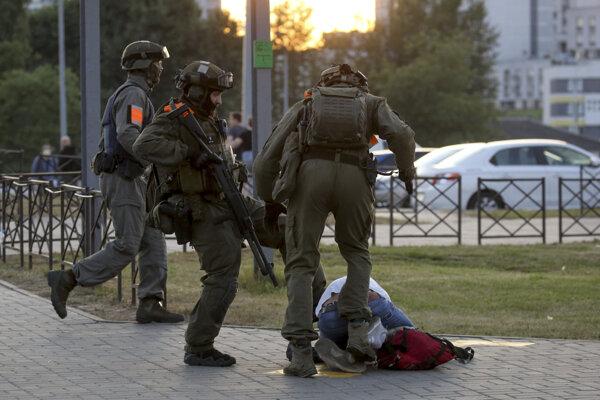 Bieloruská polícia od začiatku protestov podľa správ aktivistov zadržala už viac ako 30-tisíc ľudí a tisíce z nich brutálne zbili.