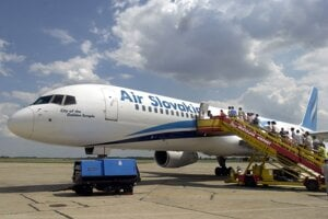 Mnohí dovolenkári cestovali na dovolenku práve lietadlami Air Slovakia.